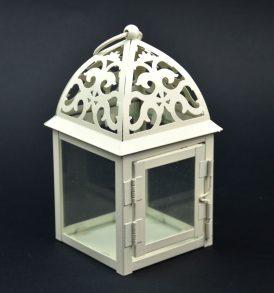 Lanterna con decorazioni in metallo bianco