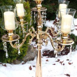 Candelabro a cinque fiamme con struttura in metallo oro